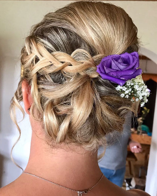 Brautfrisur gepflochten mit Blumenschmuck
